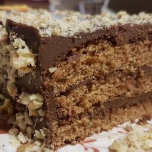 Чоколадна торта со крем и лешници