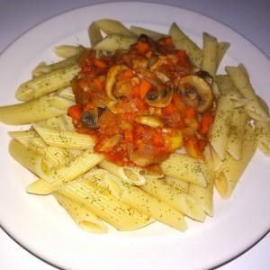 Макарони со печурки, домати и тиквичка