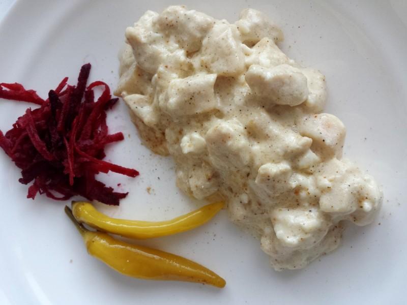 Пилешко во сос со сирење и крем павлака