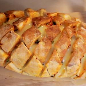 Полнет леб со ајвар, кромид, кајмак и кашкавал