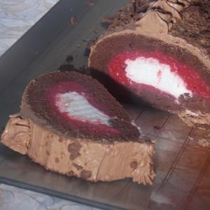 Чоколаден ролат со малини
