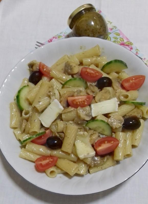 Макарони со сицилијанско песто од фстаци, свежи шампињони и бри сирење