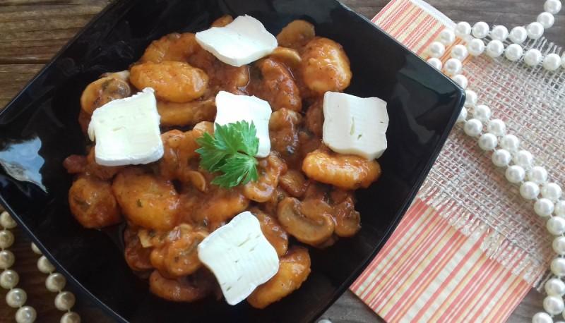 Батат њоки во доматен сос и свежи шампињони