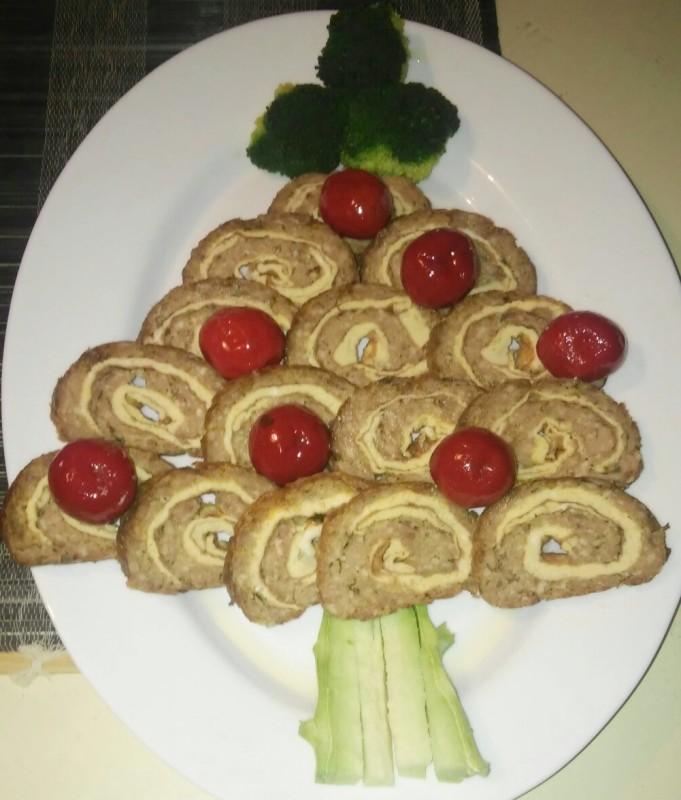 Новогодишна елка од ролат од мелено месо