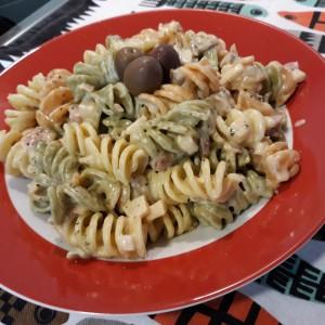 Шарени макарони во бел сос