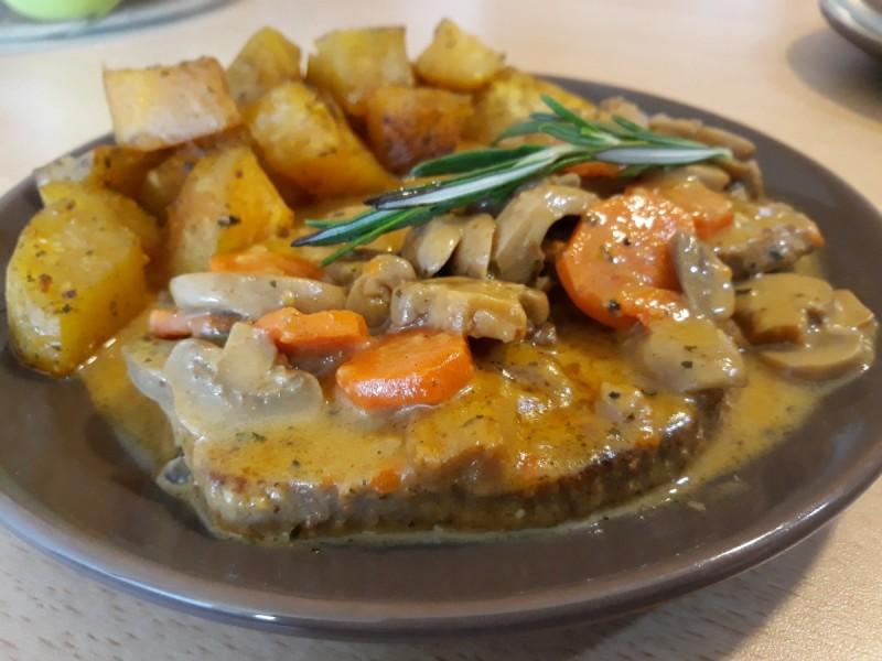 Бифтек во сос од печурки и моркови во комбинација со печен сладок компир