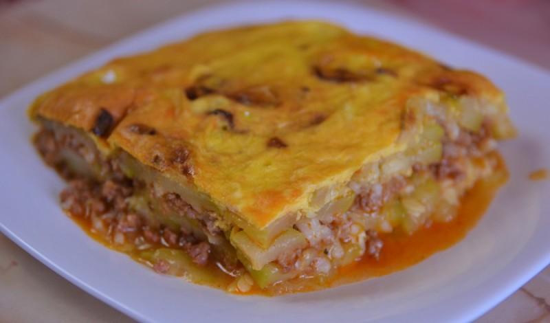 Мусака со тиквички, мелено месо и прелив