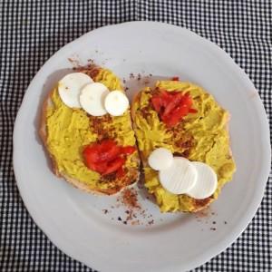 Намаз со авокадо и јајце