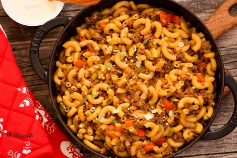 Брза тава со тестенини и мелено месо