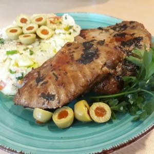 Мариниран туна стек со кус-кус салата