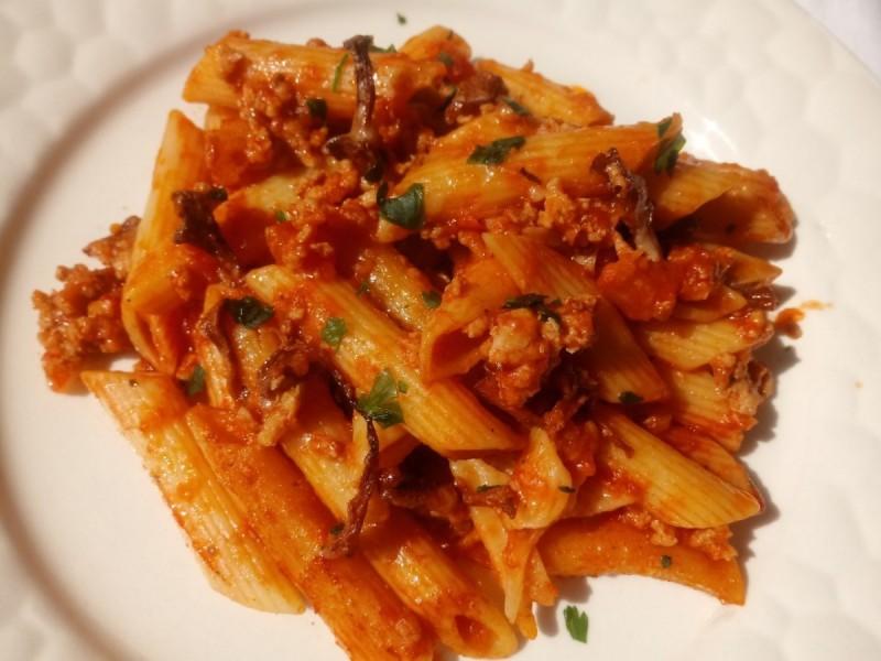 Топли макарони со мелено месо, вино и лисичарки