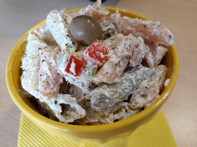 Шарени макарони со туна