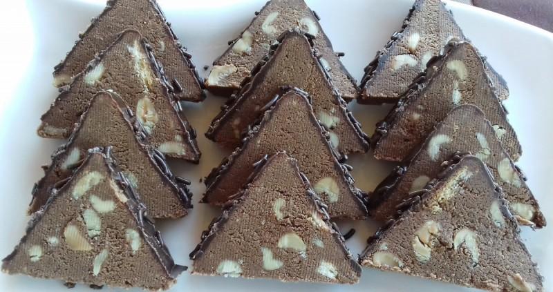Триаголници  со кикиритки и кикиритки путер (сникерс триаголник)
