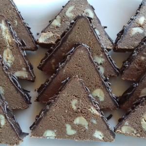 Триаголници со кикирики и кикирики путер (сникерс триаголници)