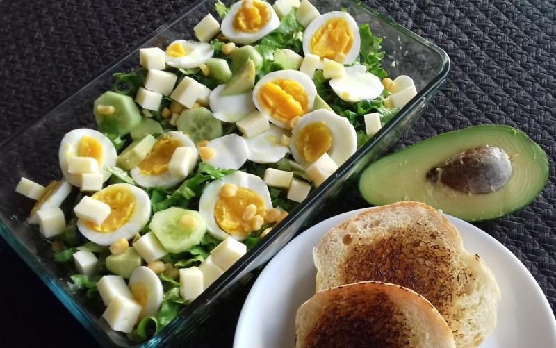 Пролетна салата со авокадо и кашкавал