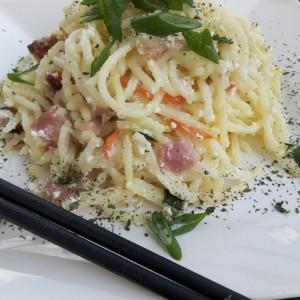 Шпагети со фета, јајце и сланина