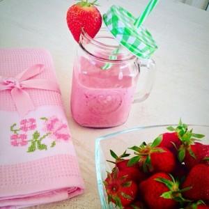 Смути со јагоди, млеко, јогурт и мед