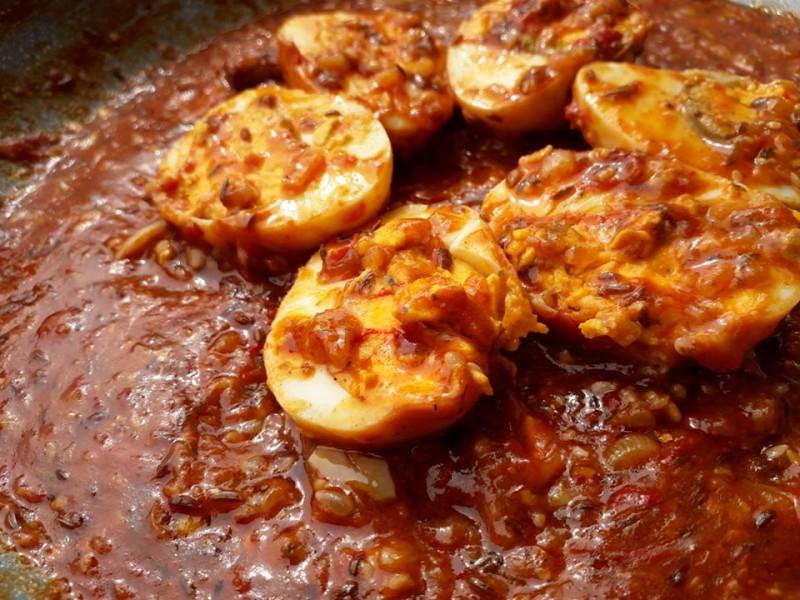 Варени јајца во индиски сос