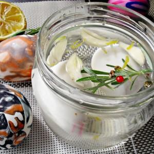 Маринирани јајца со вкус на лук и рузмарин
