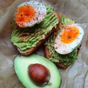 Авокадо тост со варени јајца