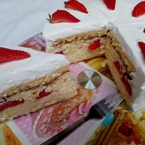 Кокос торта со јагоди