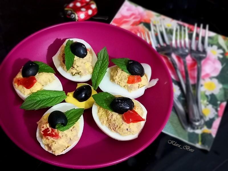 Полнети јајца со туна фил