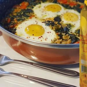 Тава со спанаќ, зелје, ориз и јајца