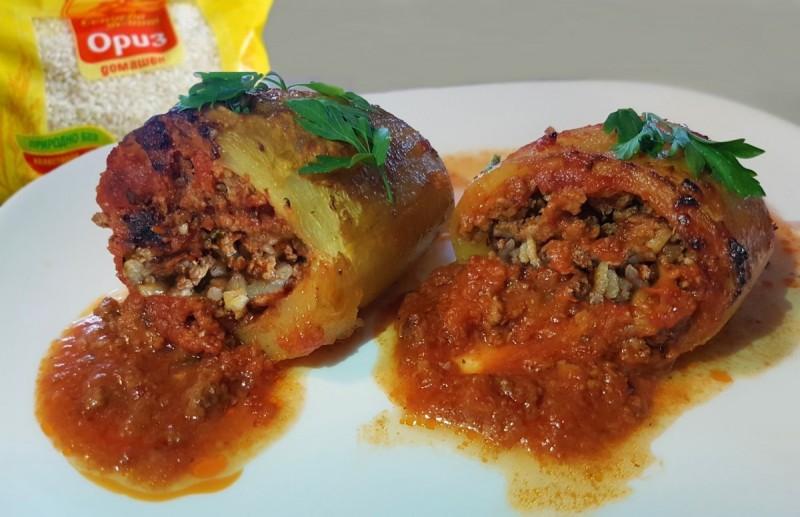 Полнети тиквички со мелено месо и ориз во доматен сос