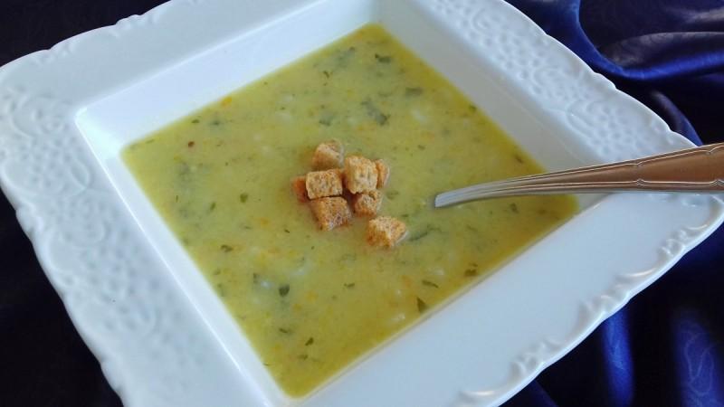 Летна чорба со тиквичка, морков и пилешка супа од кесичка