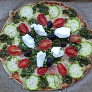 Летна пита-пица со тиквичка и песто