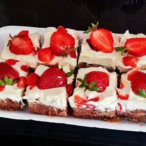 Пудинг колач со јаготки и бело чоколадо