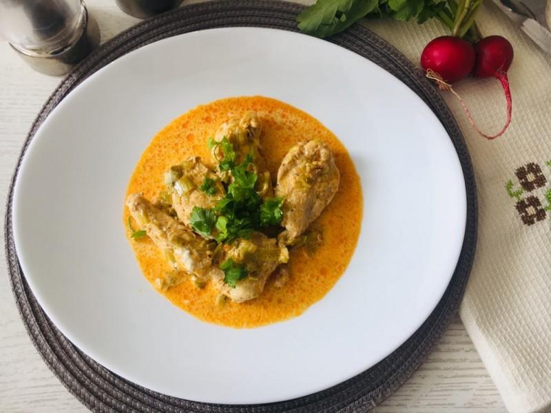 Пилешко филе со праз и павлака