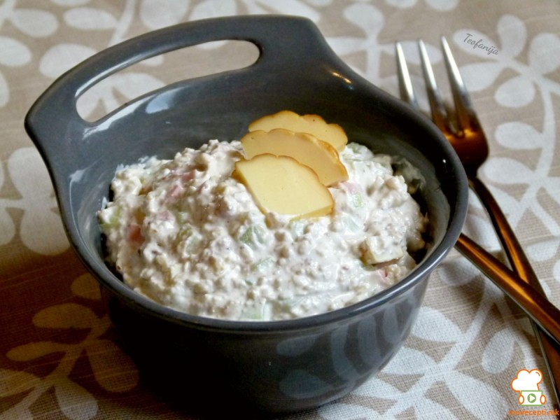 Освежителна салата со чаден кашкавал и ореви