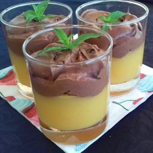 Десерт во чаша, крем од праски и чоко мус