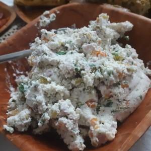 Освежителна салата со урда (изварка), ореви и лук
