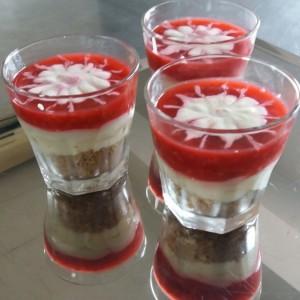Црвено овошно кадифе во чаша