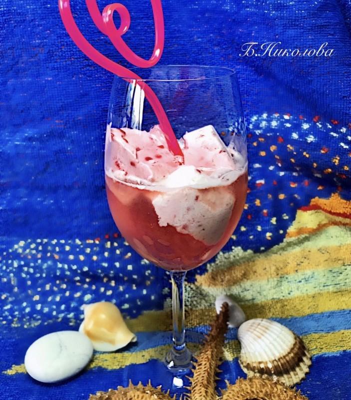 Летен коктел со розе и сладолед од малини