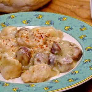Пилешки гради со колбаси во сос од печурки