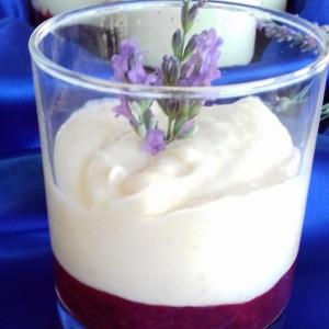Десерт во чаша со капини, малини, пудинг од лаванда и круши