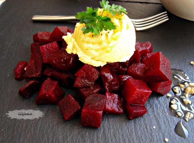 Цвекло салата со  сос од лук и компир
