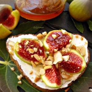 Брускети со смокви и крем сирење