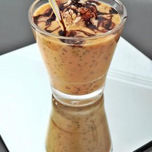 Ладен овошен пијалок од праска, портокал, чиа и сладолед