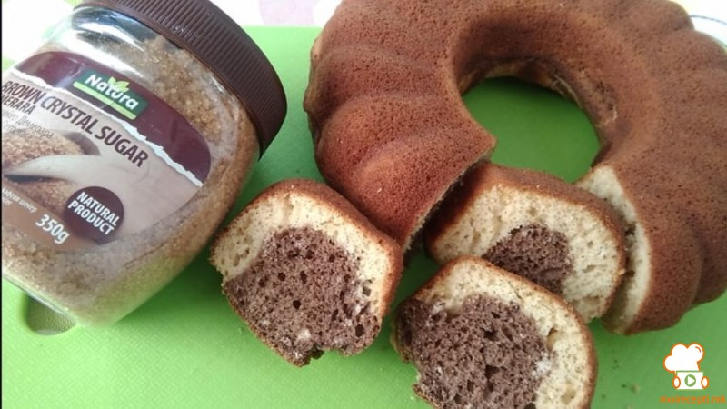 Двобоен куглоф со кафеав шеќер