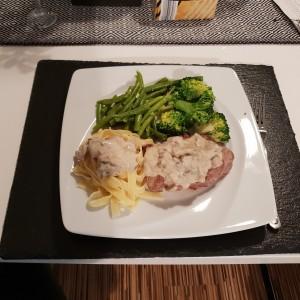 Свинско филе со сос од печурки и зеленчук