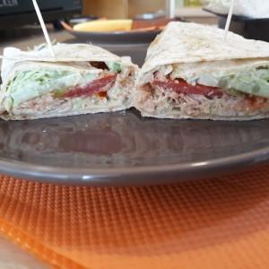 Тортиља со туна и сос од карамелизиран кромид и авокадо