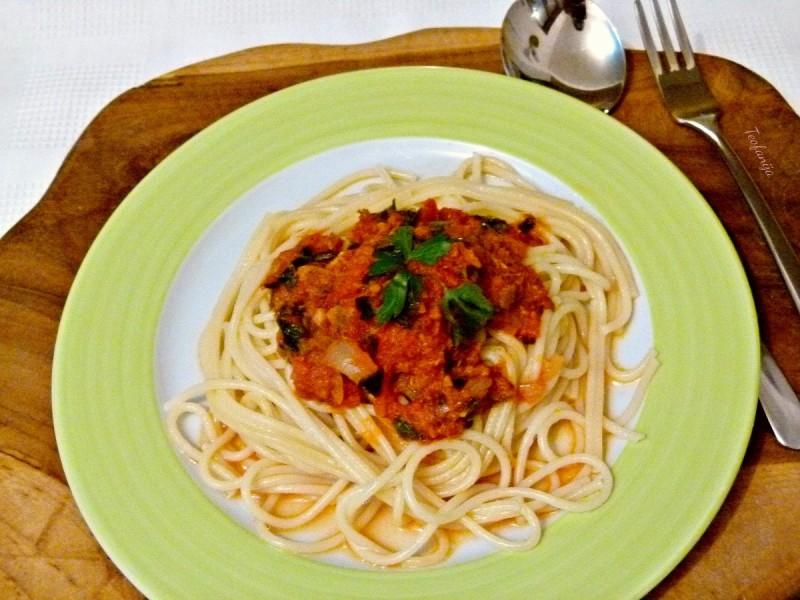 Шпагети во пикантен сос од домати со туна и магдонос (посно)