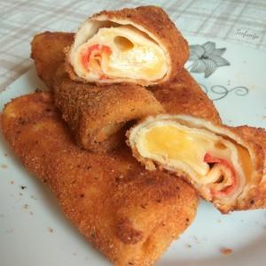 Пирошки од палачинки со кашкавал и пеперона салама