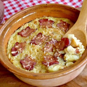 Тава со пилешко и сланина во пармезан пире