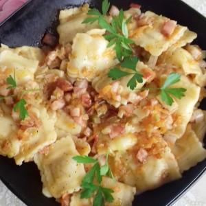 Свежи равиоли со сирење и сланина