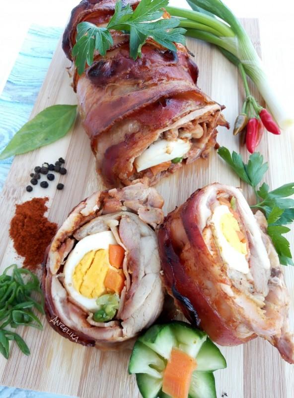 Ролат од кокошка со сланина и јајце